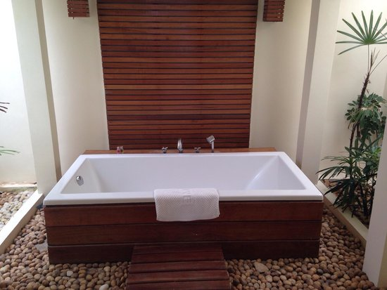 The Nantra De Deluxe: The bath is something else! Very quirky! Situated in an enclosed garden! Beautiful!