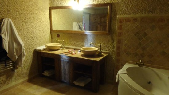 Dervish Cave House : spacious bathroom