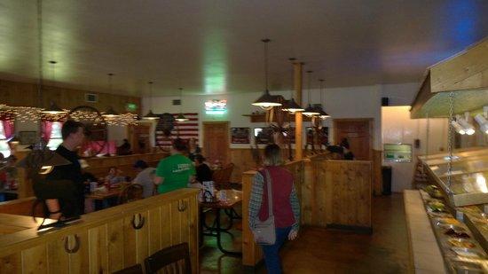 Bubba's Bar-B-Que: Dining room