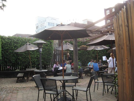 The Crown and Goose: OUtdoor seating
