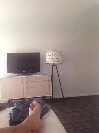 Inn at Venice Beach: mes pieds , ma tele mon lampadaire....