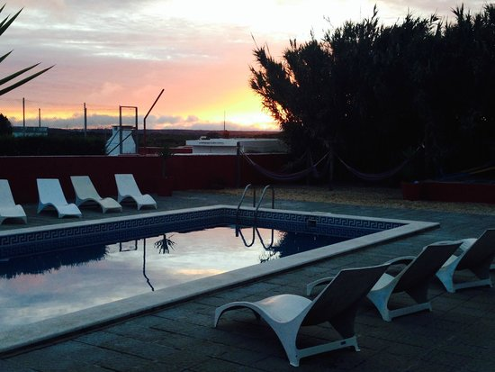 Deluxe Surfhouse Algarve – Surfcamp Portugal : Sonnenuntergang am Pool