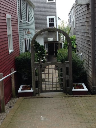 Harbor Lounge : The front entrance tucket away