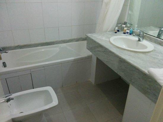 Idou Anfa Hotel : faïence bas de gamme et joints sales