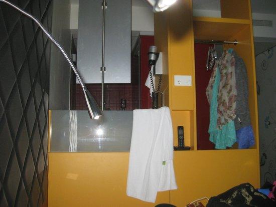 Ibis Styles Berlin Mitte : Bathroom/shower area