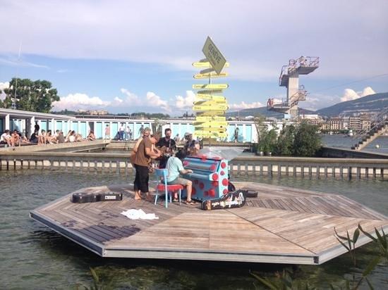 Bains des Paquis: entertainment at the pool