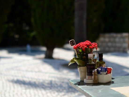 Pine Cliffs Hotel, a Luxury Collection Resort: une table d'un des restaurants près de la piscine