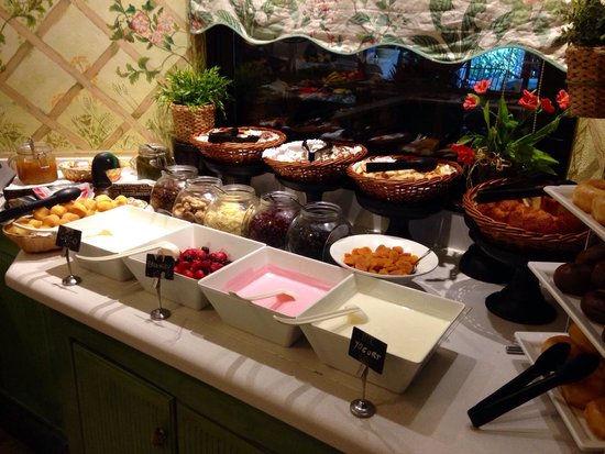 Green Garden Resort & Suites : Lovely selection of food available every day.