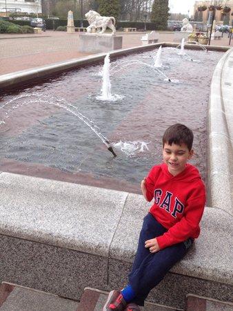 intu Trafford Centre: Outside fountain