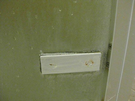 Conca Park Hotel: Yucky scummy shower door. On both small doors.