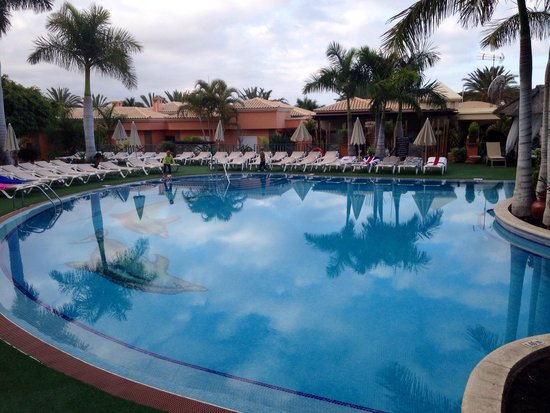 Green Garden Resort & Suites : Early morning view over pool.