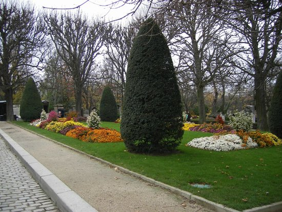 Friedhof Père-Lachaise (Cimetière du Père-Lachaise): Парковый газон