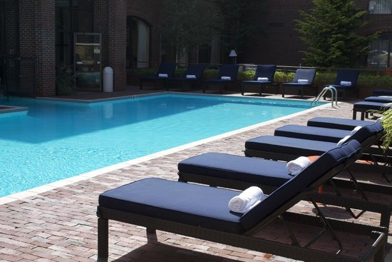 Providence Marriott Downtown: Poolside service to your lounge chairs by outdoor pool