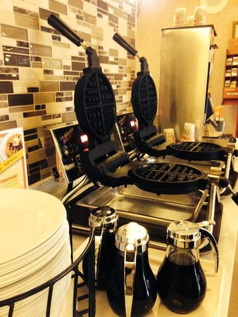 Best Western Chelsea Inn: Waffles in our Breakfast Room