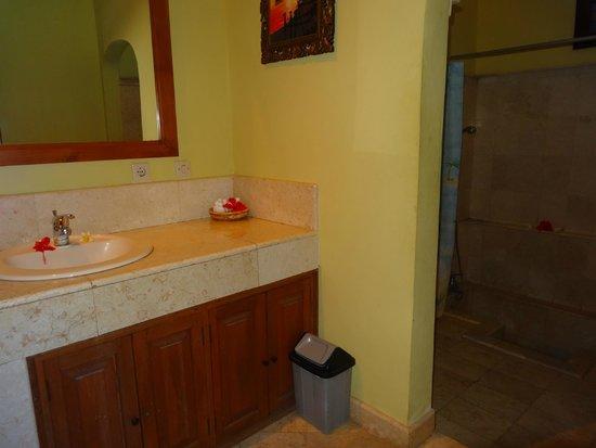 Apa Kabar Villas: bathroom of our bungalow