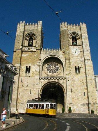 Se de Lisboa ( Igreja de Santa Maria Maior ): Os bondes passam diante da Catedral.