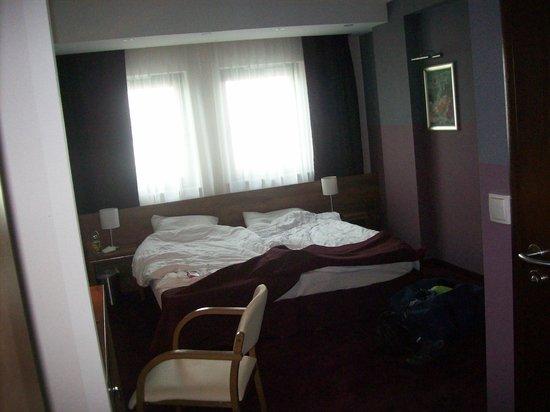 Hotel Swing : Chambre, avec le lit contre la baie vitrée.