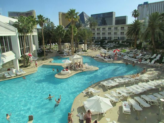 Tropicana Las Vegas - A DoubleTree by Hilton Hotel: expansive swimming pool area