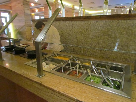 Tropicana Las Vegas - A DoubleTree by Hilton Hotel: eggs/omelet station