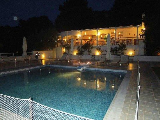 Plaza Skiathos Hotel: Бассейн и ресторан