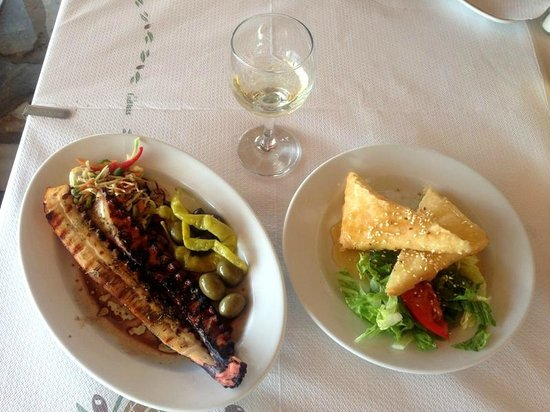 Plaza Skiathos Hotel: Осьминог на гриле и запеченный овечий сыр (таверна на пляже)