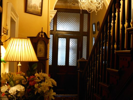 Victoria House B&B: Hallway leading to upstairs bedrooms.