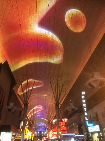Fremont Street Experience : the roof at night