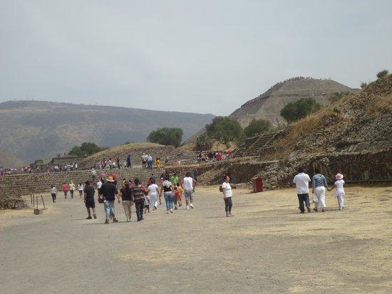 Teotihuacan : CAMINANDO HACIA EL TEMPLO DEL SOL