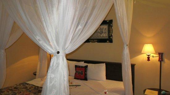 Taruna Homestay: King-Size Bett mit Moskitoschutz
