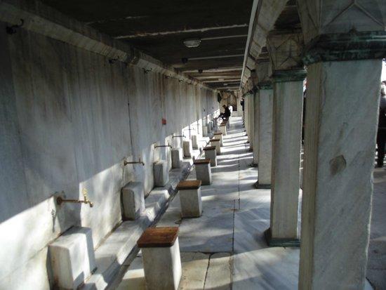 Mosquée Bleue (Sultan Ahmet Camii) : Homens se higienizando antes da orações