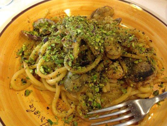 Sicilia in Tavola: Spaghetti vongole-camberetti-pistacchio di bronte. Una goduria per il palato
