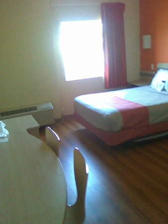Motel 6 Niagara Falls: bed