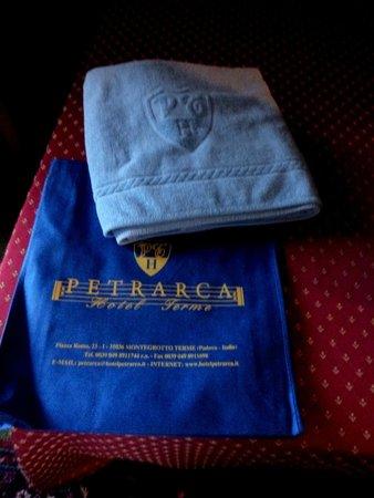 Petrarca Hotel Terme: фирменная сумка, полотенце для бассейна
