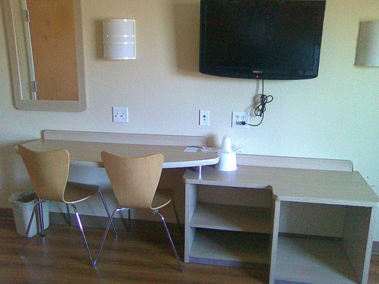 Motel 6 Niagara Falls: tv & desk