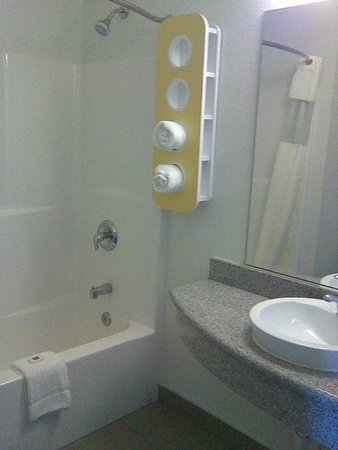 Motel 6 Niagara Falls: shower