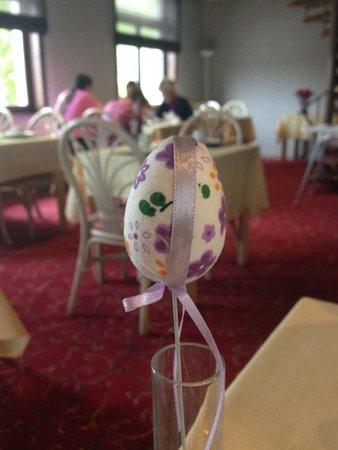 Hotel Olympia Bruges : Sala do café da manhã - Estávamos na semana da Páscoa, e a decoração, alusiva à comemoração.