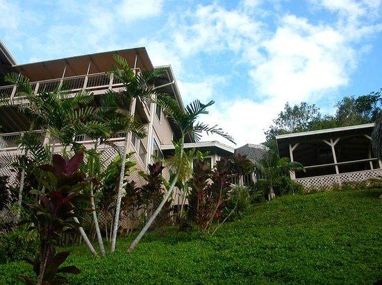 Marjorie's Kauai Inn: view of lanai from pool