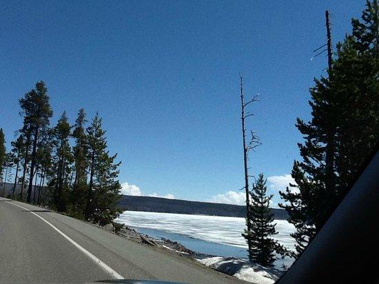 Yellowstone Lake: Drive along the lake