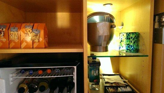 Loews Miami Beach Hotel: Bar and coffee machine