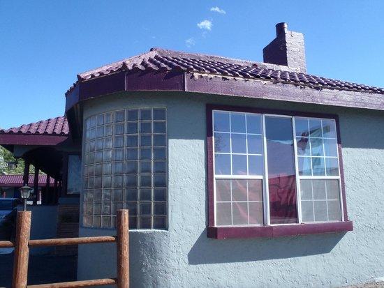 Grand Motel: outside building