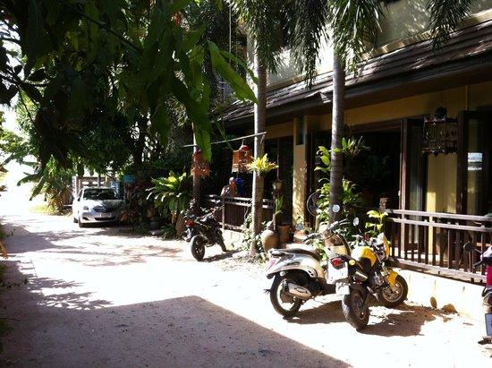WW Will Wait Bakery & Restaurant: Restaurant side facing easement