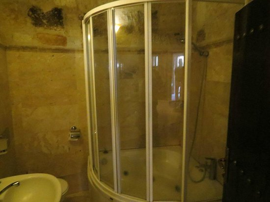 Travellers' Cave Pension : bagno con vasca d'angolo