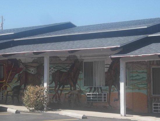 El Trovatore Motel: Painted Walls