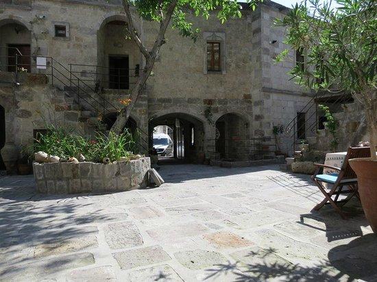 Travellers' Cave Pension : entrata del cortile dell'hotel