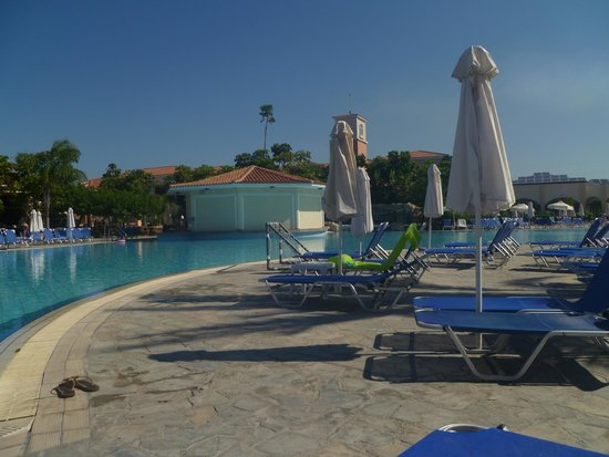 Avanti Holiday Village: pool area and swim up bar