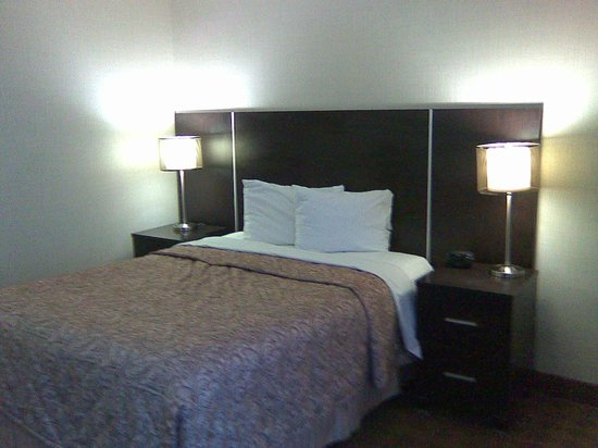 Canadas Best Value Inn Toronto: bed