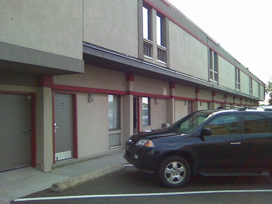 Canadas Best Value Inn Toronto: Austere exterior
