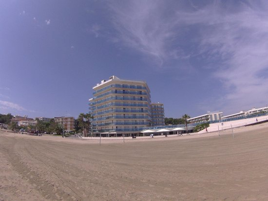 Golden Donaire Beach Hotel : Hotel from beach