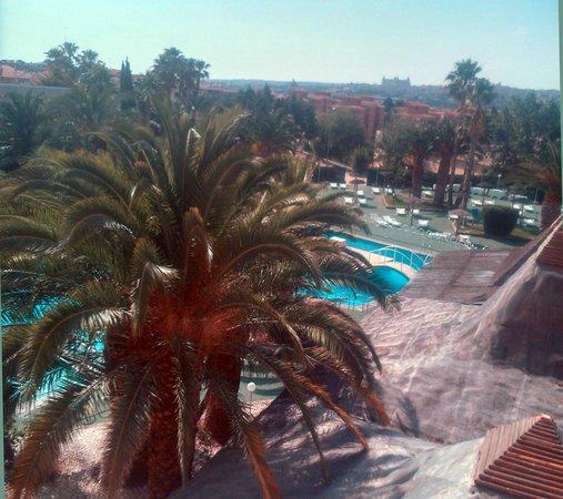 Hotel Beatriz Toledo Auditorium & Spa: Habitación con vistas a la piscina y, al fondo, Toledo
