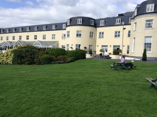 Bloomfield House Hotel, Leisure Club & Spa : l'hotel vue du parc côté lac